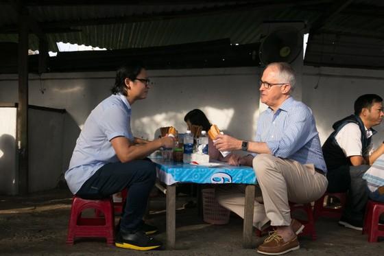 Thủ tướng ÚC ra vỉa hè Đà Nẵng mua bánh mì ăn sáng   ảnh 1