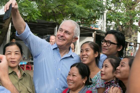 Thủ tướng ÚC ra vỉa hè Đà Nẵng mua bánh mì ăn sáng   ảnh 6