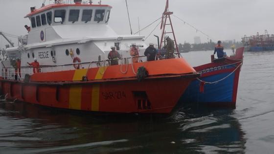 Tàu SAR 274 cứu thành công 4 thuyền viên cùng tàu cá gặp nạn trên biển  ảnh 1