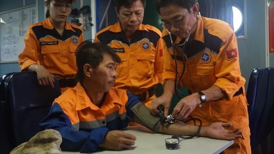 Tàu SAR 274 cứu thành công 4 thuyền viên cùng tàu cá gặp nạn trên biển  ảnh 2