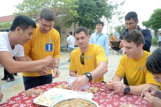 Thủy thủ tàu sân bay Hoa Kỳ thăm Trung tâm điều dưỡng người tâm thần ở Đà Nẵng ảnh 2
