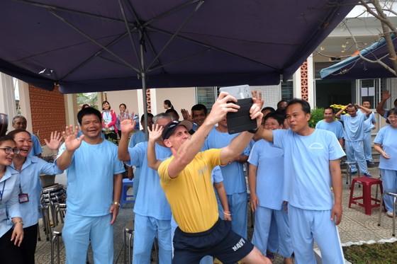 Thủy thủ tàu sân bay Hoa Kỳ thăm Trung tâm điều dưỡng người tâm thần ở Đà Nẵng ảnh 7