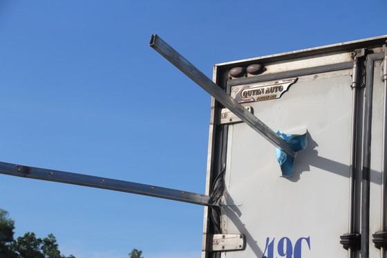 Tông rào chắn công trình, xe tải nhẹ bị cây sắt đâm xuyên thấu, lái xe chết tại chỗ  ảnh 1