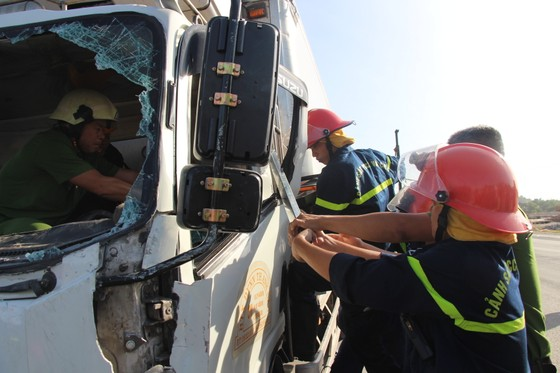 Tông rào chắn công trình, xe tải nhẹ bị cây sắt đâm xuyên thấu, lái xe chết tại chỗ  ảnh 2