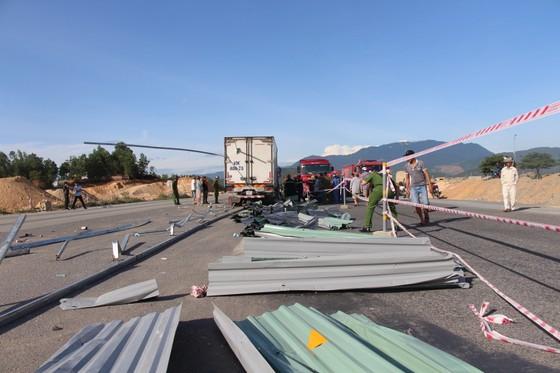 Tông rào chắn công trình, xe tải nhẹ bị cây sắt đâm xuyên thấu, lái xe chết tại chỗ  ảnh 6