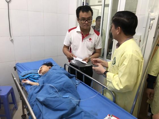 Bộ trưởng Bộ GTVT Nguyễn Văn Thể thăm các nạn nhân tại bệnh viện  ảnh 2