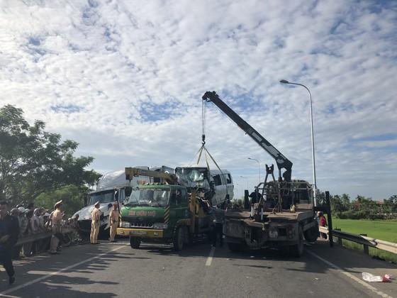 Lực lượng cứu hộ đang di chuyển các xe trong vụ tai nạn ra khỏi hiện trường