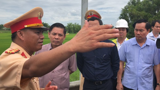 Bộ trưởng Bộ GTVT Nguyễn Văn Thể thăm các nạn nhân tại bệnh viện  ảnh 3
