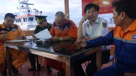 Hai tàu SAR 412 và SAR 274 tổ chức cứu nạn thành công 11 thuyền viên tàu Hải Hà 38 gặp nạn trên biển ảnh 2