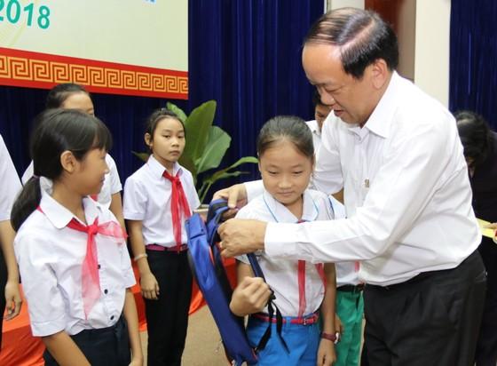 Phó Chủ tịch nước Đặng Thị Ngọc Thịnh tặng quà cho học sinh khó khăn ở Quảng Nam ảnh 3