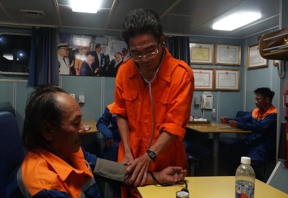 Cứu 8 thuyền viên gặp nạn tại vùng đánh bắt chung Việt Nam và Trung Quốc ảnh 3