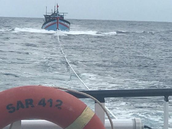 Cứu 8 thuyền viên gặp nạn tại vùng đánh bắt chung Việt Nam và Trung Quốc ảnh 5
