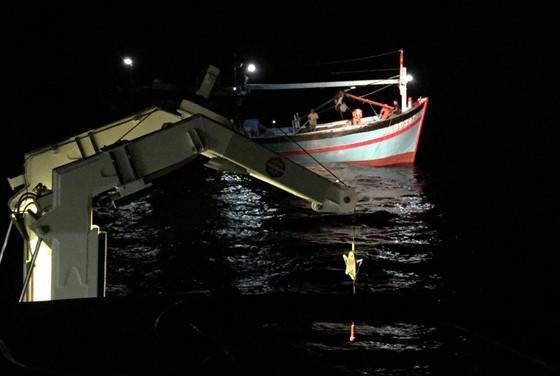 Cứu 8 thuyền viên gặp nạn tại vùng đánh bắt chung Việt Nam và Trung Quốc ảnh 2