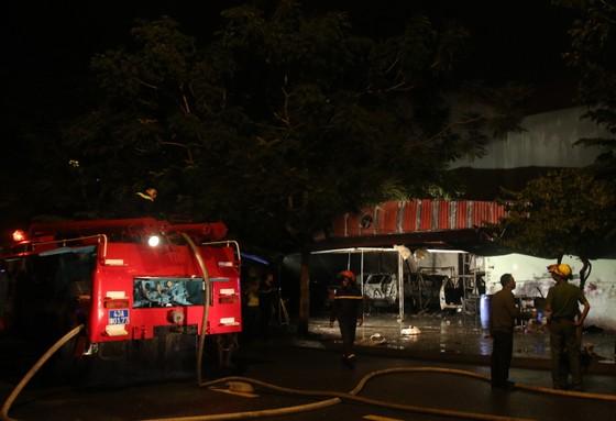 Cháy garage, nhiều ô tô bị thiêu rụi  ảnh 3