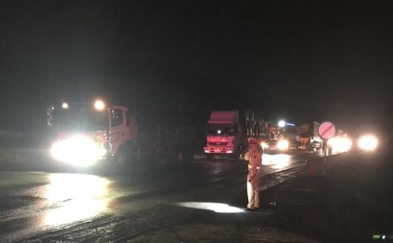Cháy xe đầu kéo, đường tránh Nam Hải Vân ách tắc giao thông  ảnh 2