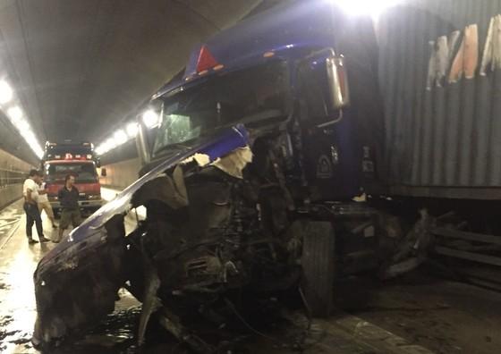 Hai xe tải tông nhau, hầm Hải Vân tê liệt nhiều giờ ảnh 1