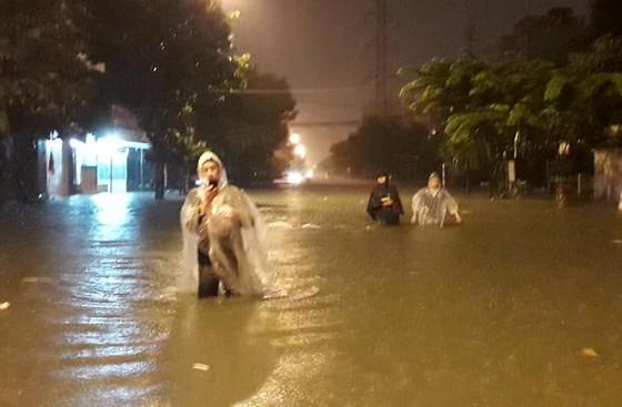 Mưa to trắng đêm, nhiều khu vực TP Đà Nẵng ngập nặng  ảnh 1