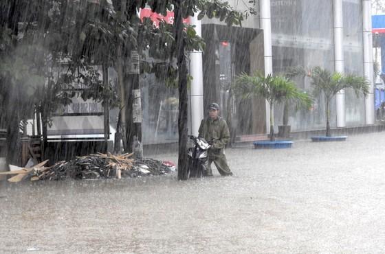 Mưa to trắng đêm, nhiều khu vực TP Đà Nẵng ngập nặng  ảnh 10