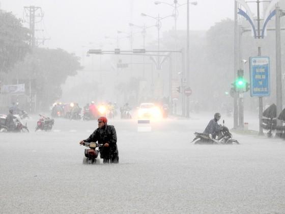Mưa to trắng đêm, nhiều khu vực TP Đà Nẵng ngập nặng  ảnh 4