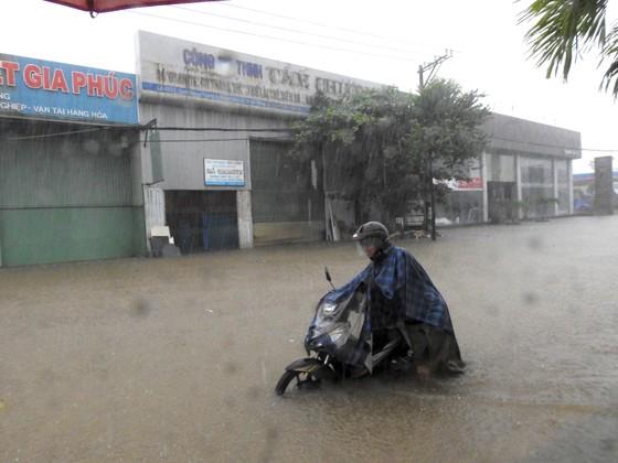Mưa to trắng đêm, nhiều khu vực TP Đà Nẵng ngập nặng  ảnh 11