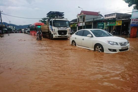 Quốc lộ 20 lại ngập nặng sau trận mưa lớn ảnh 1