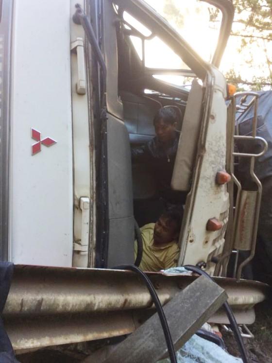 Xe tải lật ngang, tài xế mắc kẹt trong ca bin ảnh 2