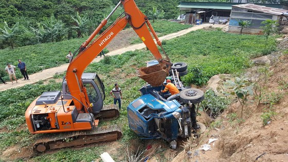Xe tải lật nhiều vòng xuống vực sâu, tài xế bị thương nặng ảnh 1