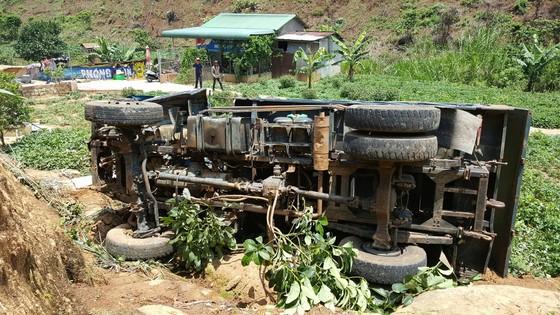 Xe tải lật nhiều vòng xuống vực sâu, tài xế bị thương nặng ảnh 2
