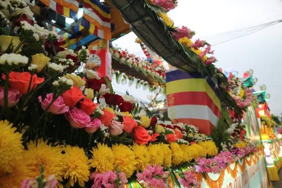 Chiêm ngưỡng đoàn xe hoa rực rỡ mừng Phật đản ở Đà Lạt ảnh 5