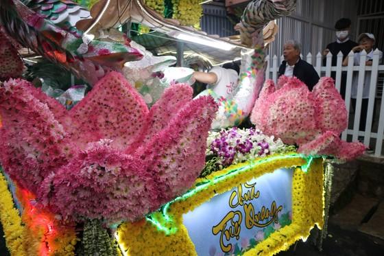 Chiêm ngưỡng đoàn xe hoa rực rỡ mừng Phật đản ở Đà Lạt ảnh 4