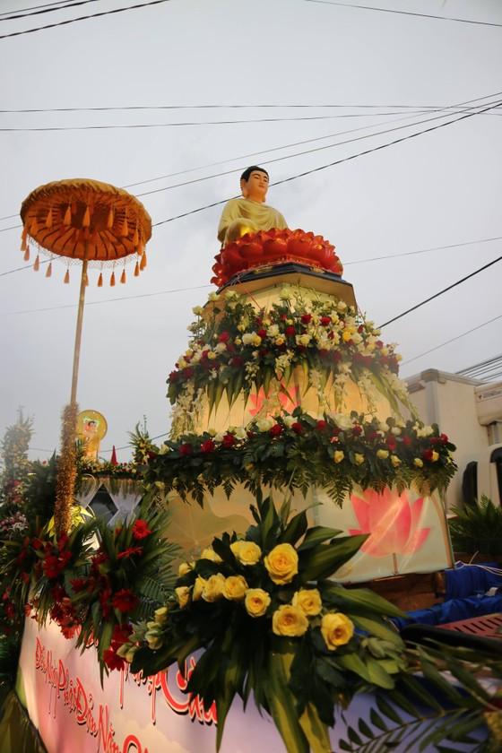 Chiêm ngưỡng đoàn xe hoa rực rỡ mừng Phật đản ở Đà Lạt ảnh 6