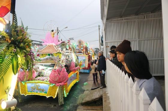 Chiêm ngưỡng đoàn xe hoa rực rỡ mừng Phật đản ở Đà Lạt ảnh 12