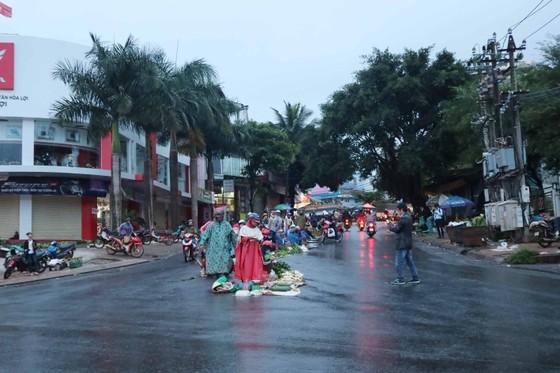 Chợ mọc giữa đường phố ảnh 3