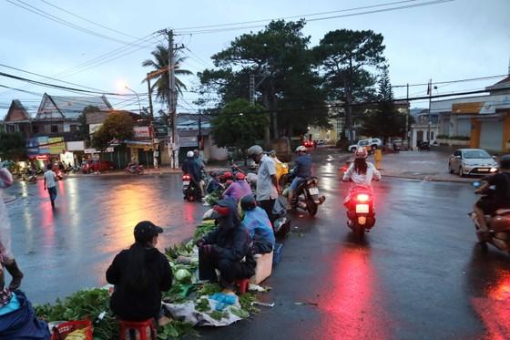 Chợ mọc giữa đường phố ảnh 4