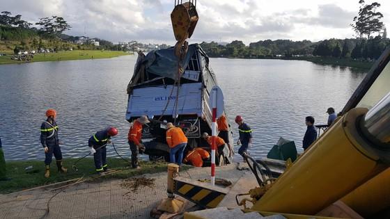 Đà Lạt: Xe tải lao xuống hồ Xuân Hương ảnh 5