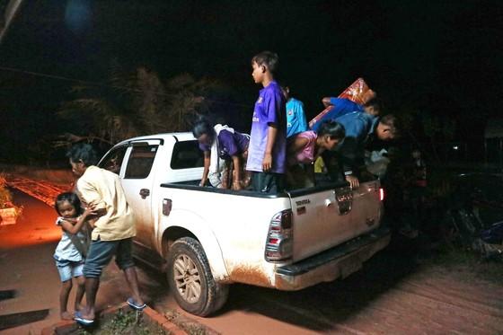Gian nan đường tiếp tế vào khu vực bị vỡ đập thủy điện ở Lào ảnh 17
