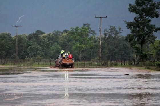 Gian nan đường tiếp tế vào khu vực bị vỡ đập thủy điện ở Lào ảnh 9