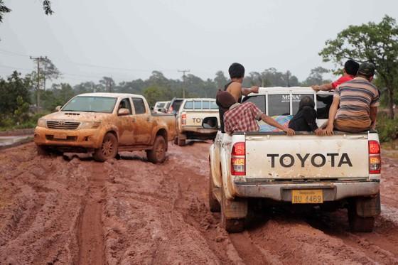 Gian nan đường tiếp tế vào khu vực bị vỡ đập thủy điện ở Lào ảnh 1