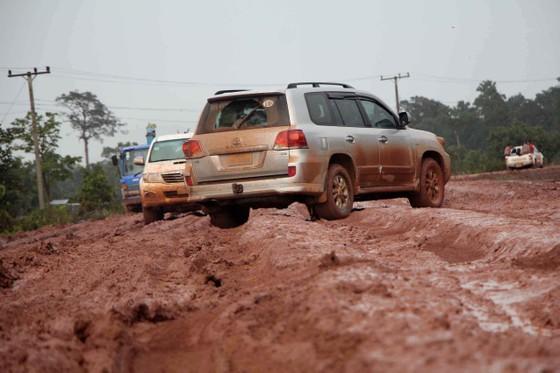 Gian nan đường tiếp tế vào khu vực bị vỡ đập thủy điện ở Lào ảnh 6