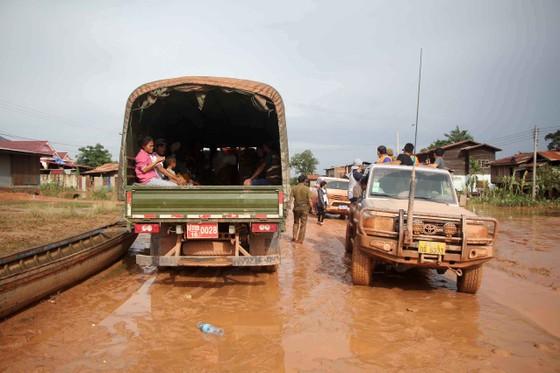 Gian nan đường tiếp tế vào khu vực bị vỡ đập thủy điện ở Lào ảnh 16