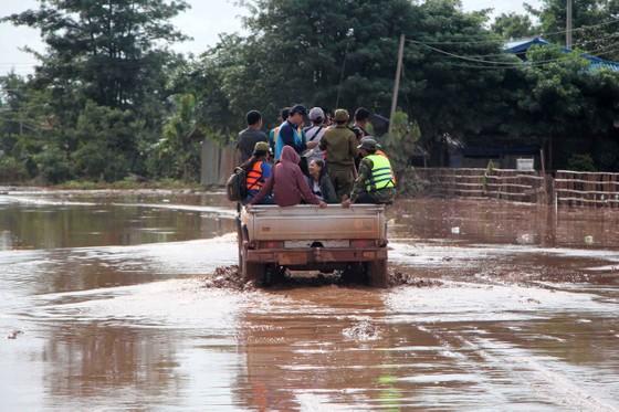 Gian nan đường tiếp tế vào khu vực bị vỡ đập thủy điện ở Lào ảnh 10