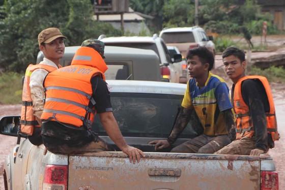 Gian nan đường tiếp tế vào khu vực bị vỡ đập thủy điện ở Lào ảnh 15
