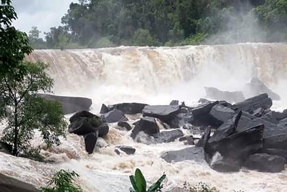 Sau 6 ngày, hiện trường nơi vỡ đập thủy điện ở Lào vẫn ngổn ngang ảnh 2