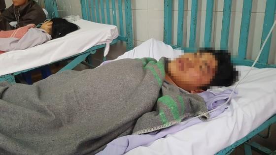 Chờ nạn nhân ra cổng bệnh viện, nhóm côn đồn tiếp tục truy sát ảnh 1