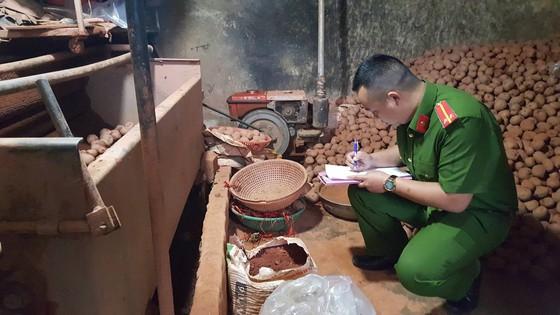 Bắt quả tang trộn đất vào khoai tây Trung Quốc để bán giá cao ảnh 1