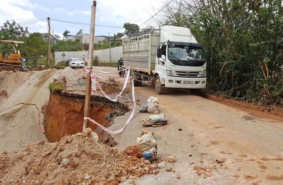 Sạt lở nghiêm trọng tuyến đường đi Suối Vàng - Đà Lạt ảnh 4