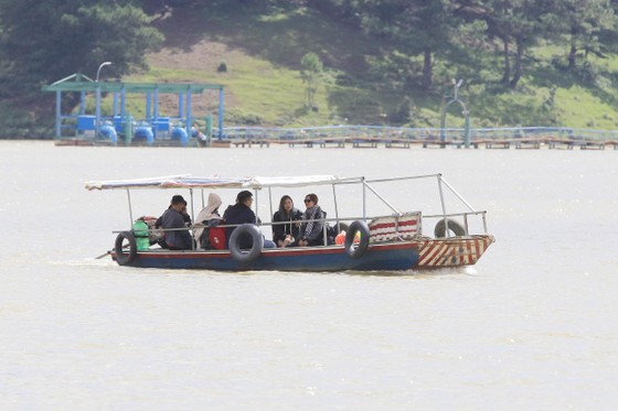 """Thuyền """"chui"""" vẫn mạo hiểm chở khách trên hồ Đan Kia - Suối Vàng ảnh 1"""