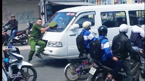 Lái xe ủi công an trên phố khi đi vào đường cấm ra trình diện ảnh 1