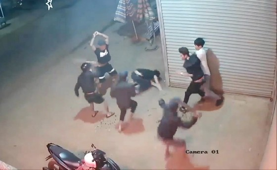 Camera an ninh ghi hình nhóm thanh niên chém 2 người nguy kịch  ảnh 1