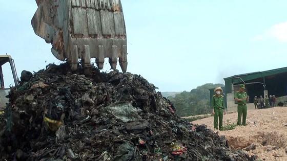 """Nhà máy xử lý rác chôn rác """"chui"""" bị phạt 350 triệu đồng ảnh 2"""